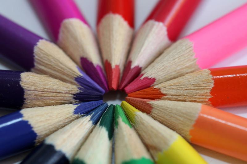 Buntstifte, deren Spitzen sich treffen und gemeinsam einen Kreis bilden