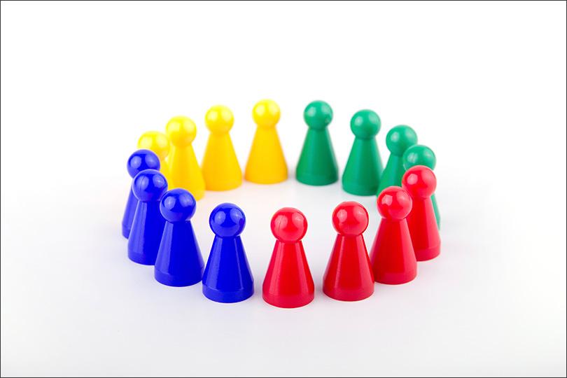 Spielfiguren in unterschiedlichen Farben stehen im Kreis - Austausch
