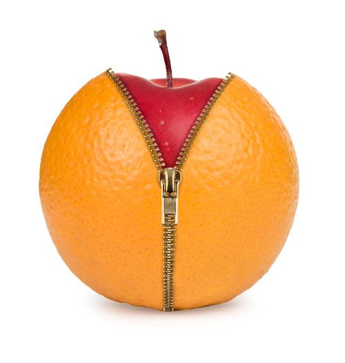 Orange mit Reißverschluß, in der sich ein Apfel verbirgt
